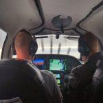 In de cabine van een Cirrus SR22 lucht taxi onderweg naar Amsterdam Schiphol luchthaven