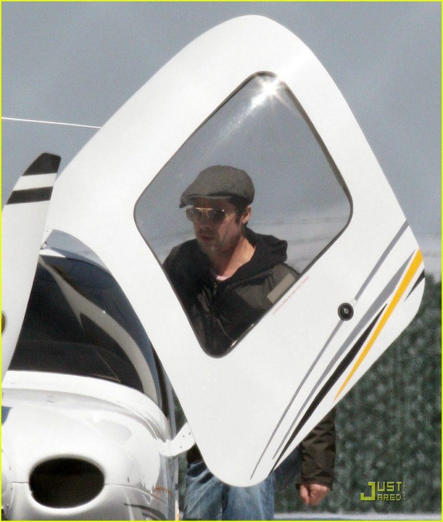 Prominente, die Flugzeuge fliegen: Brad Pitt