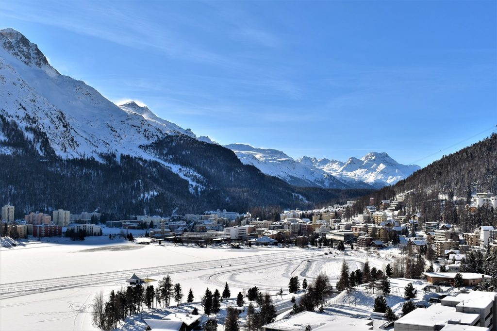 Zicht over St Moritz in de winter
