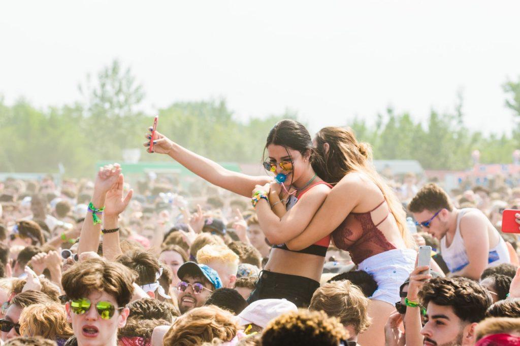 girls festival hugging; Festival Highlights Europa