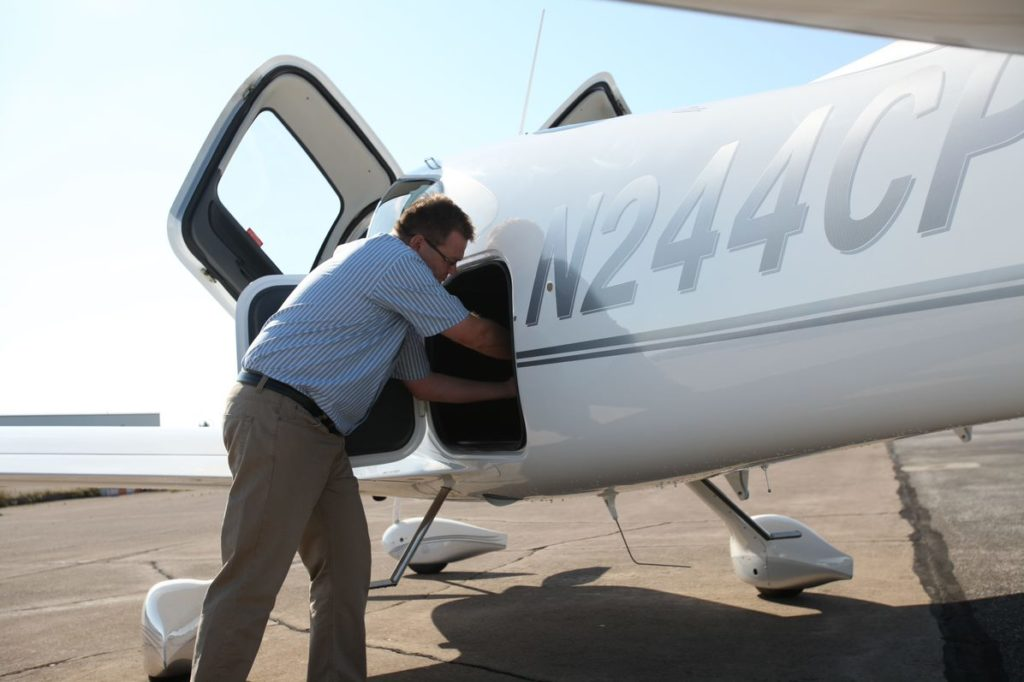 Placer ses bagages en soute dans un avion Cirrus SR22