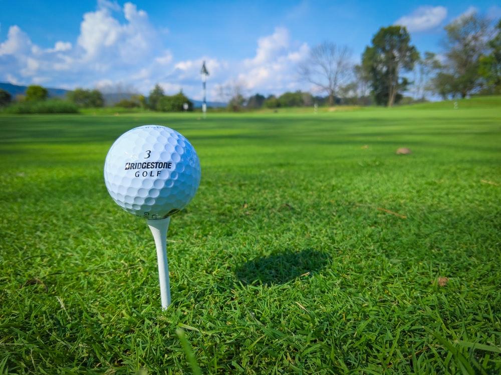 close up van een golfbal, privé vluchten naar de mooiste golfbanen